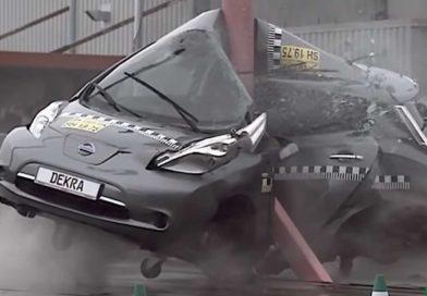 DEKRA při crashtestu omotala Nissan Leaf kolem sloupu. Ale proč?